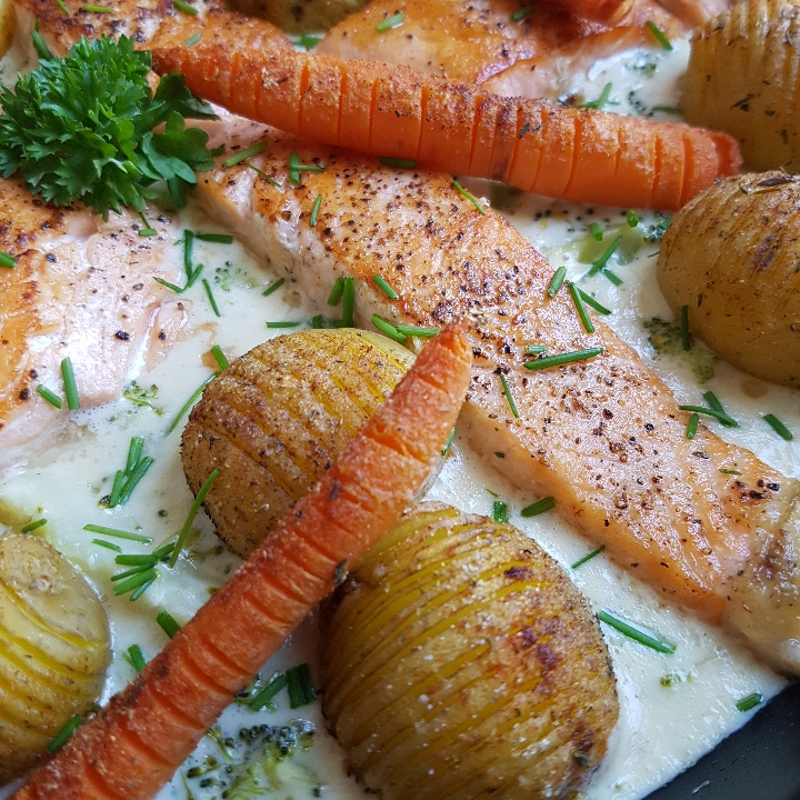 Laks i broccoli/ostesovs med hasselback kartofler. #hashtagmor