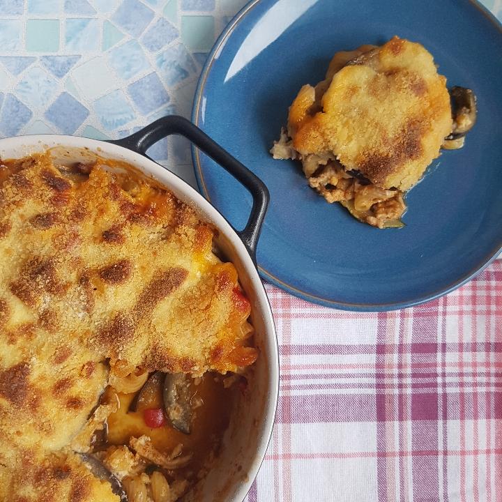 En skøn fortolkning af den klassiske moussaka. Super lækker opskrift med masser af bechamelsovs på toppen og grøntsager indeni.