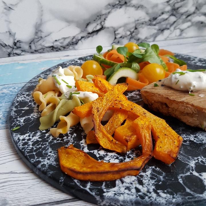 Tunbøffer, græskarfritter og krydderurtcreme. #hashtagmor