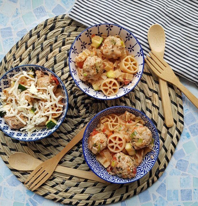 One pot pasta med kødboller – nem og lækker børnefavorit.