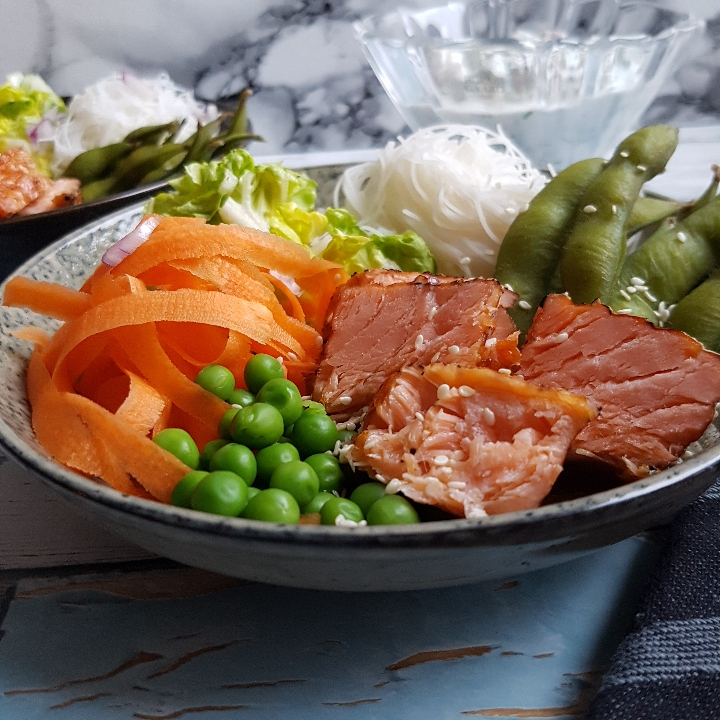 Laksebowl - lækre salater med krydderurtcreme. #hashtagmor