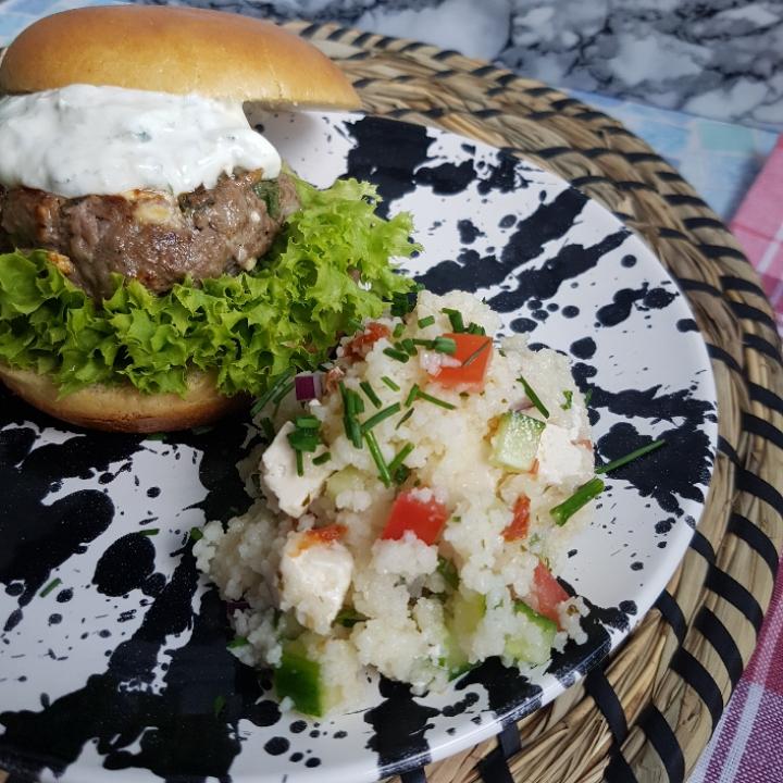 Græsk burger med couscousssalat. Skøn opskrift på burger med et twist. #hashtagmor