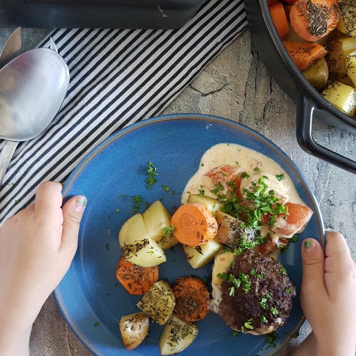 Bøffer i fad med pikantsovs og ovnkartofler. #hashtagmor