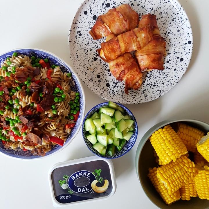 Hurtig pastasalat med hvidløgsost og bacon. #hashtagmor