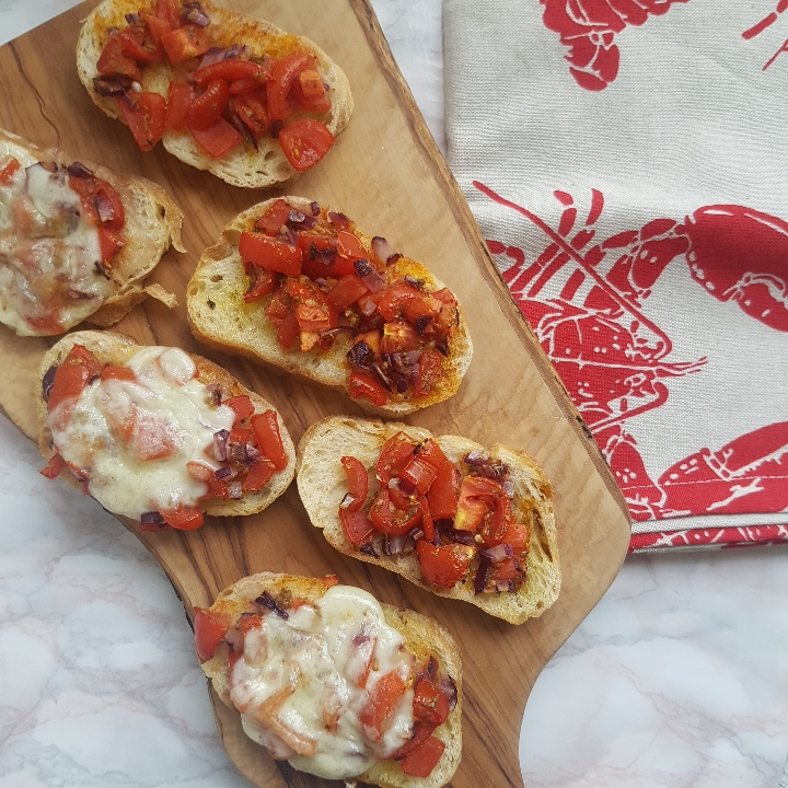 Bruschetta med tomat, hvidløg, rødløg og mozzarella #hashtagmor
