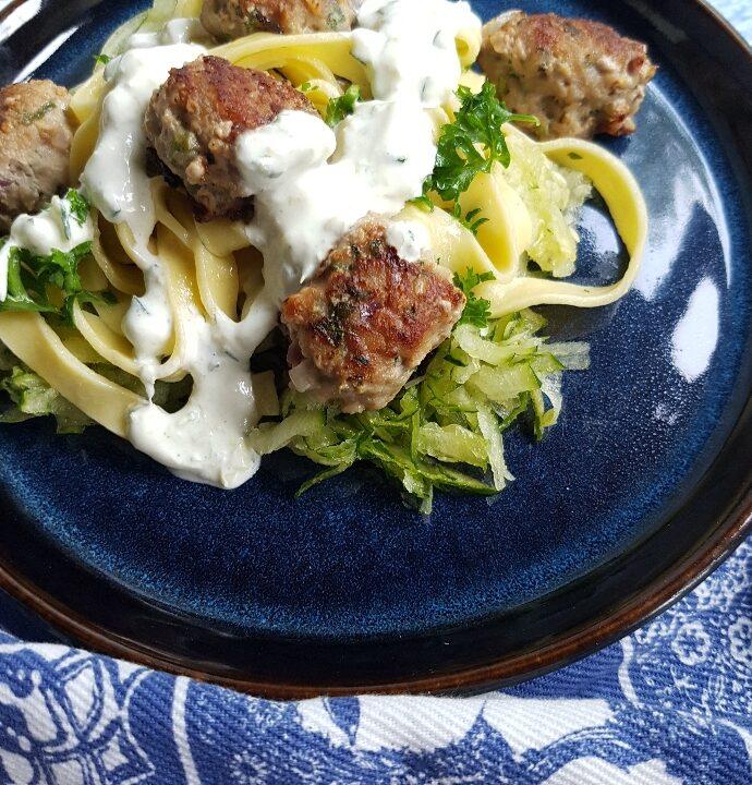Græsk inspireret pasta med squash tzatziki