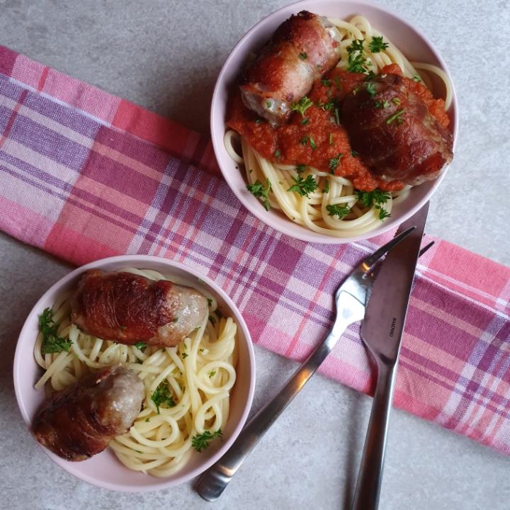 Kødboller af medister opskrift med bacon, tomatsovs og spaghetti.