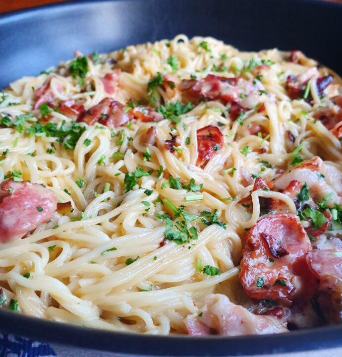 Lækker cremet spaghetti med bacon – en slags pasta carbonara opskrift