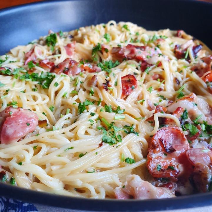 Lækker cremet spaghetti med bacon - en slags pasta carbonara opskrift
