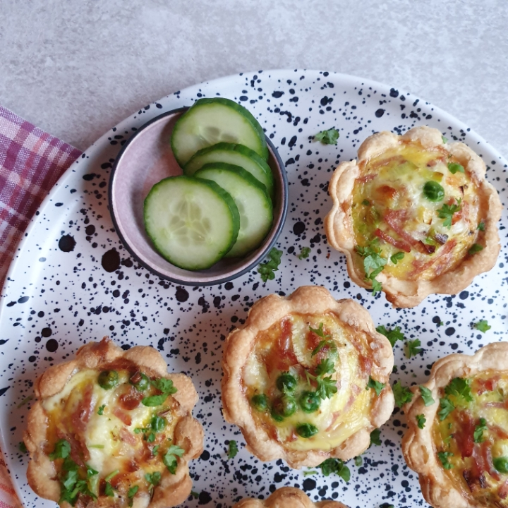 Tærteletter med skinke, porre og ost. Små mini tærter.