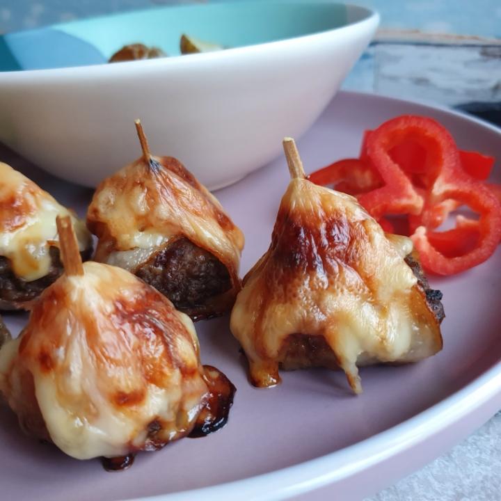 Ananas bøf med bacon og ost. Skønne pindemadder som snacks til fest.