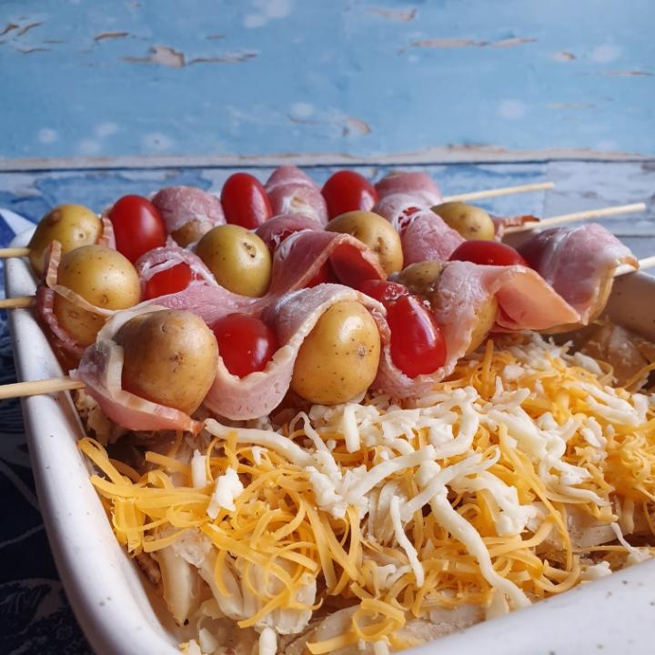 Skønne ovnkartofler på spyd med bacon serveret med pulled chicken