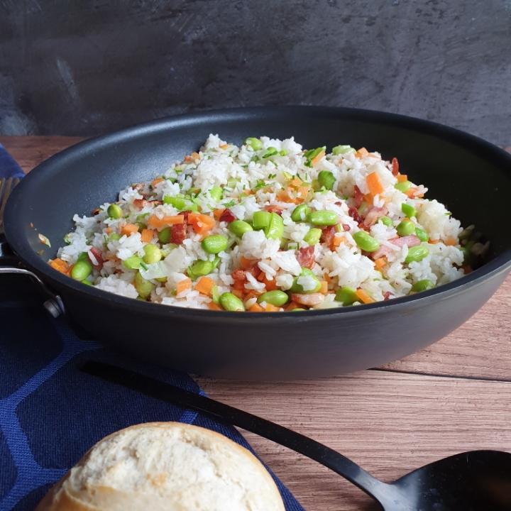 Stegte ris med grøntsager - risret med bacon.