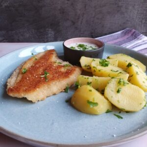 Stegt fiskefilet, kartofler og hjemmelavet persille sovs opskrift - en nem opbagt sovs.