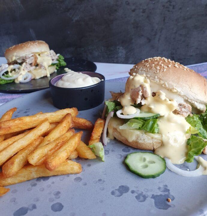 Hjemmelavet burger med pulled chicken og bearnaise sovs