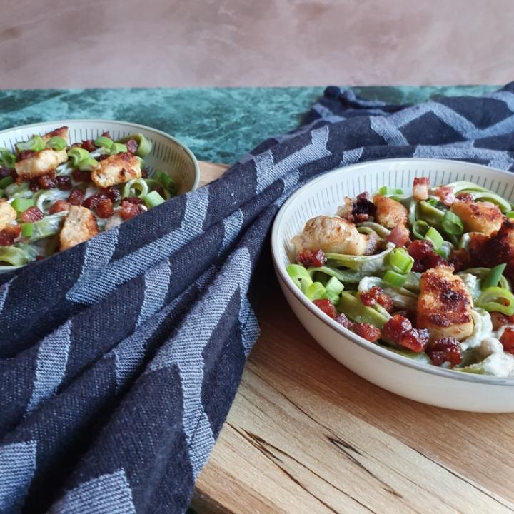 Frisk pasta med kylling og bacon. En skøn pastaret med pikant sovs.