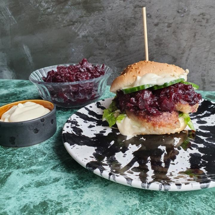 Frikadelle burger med rødkål og hjemmelavet aioli