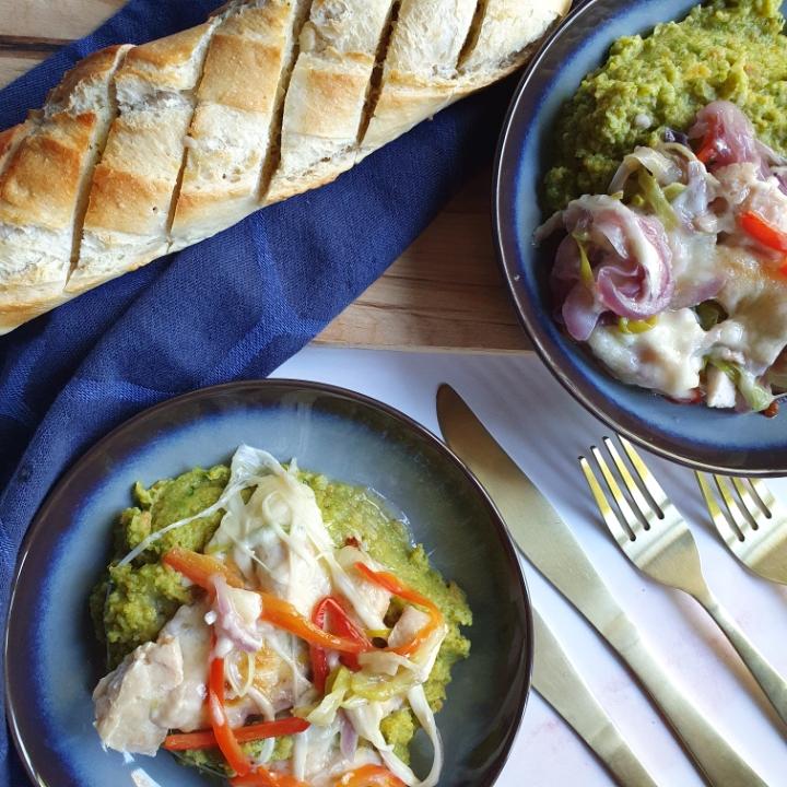 Grøntsagsmos opskrift serveret med gratineret kylling og grøntsager