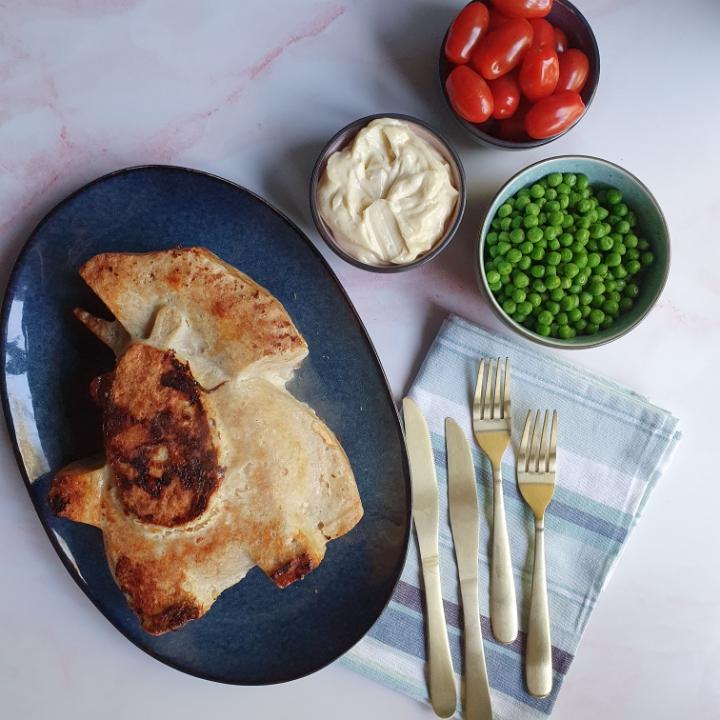 Kylling farsbrød med ost serveret med hjemmelavede pomfritter i ovn.