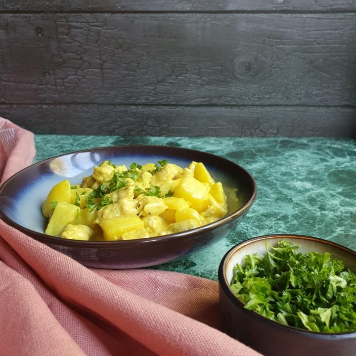 Kogt kartoffel ret med små kødboller i karry sovs