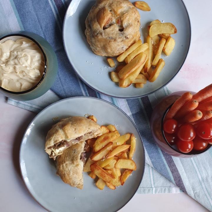 Butterdej med fyld af oksekød med sprøde kartofler i ovn
