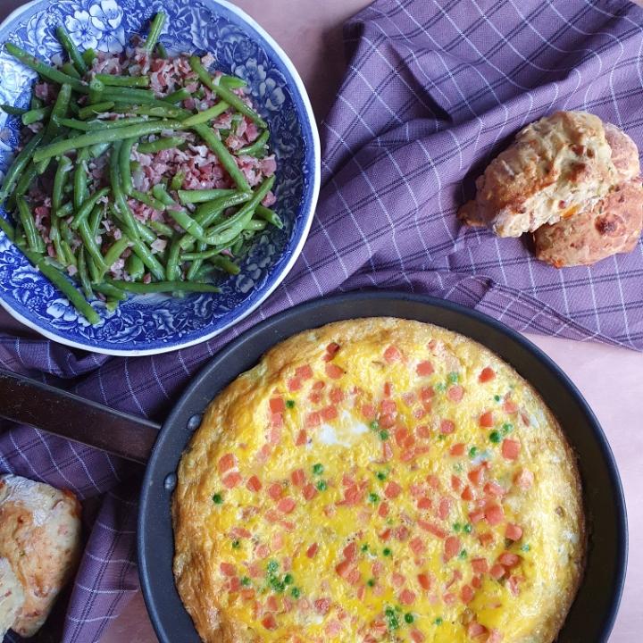 Frittata med kartofler - en skøn frittata opskrift serveret med bønnesalat med bacon