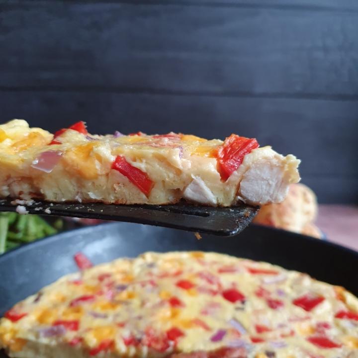Frittata opskrift med kylling - omelet i ovn med ost, bacon og kylling