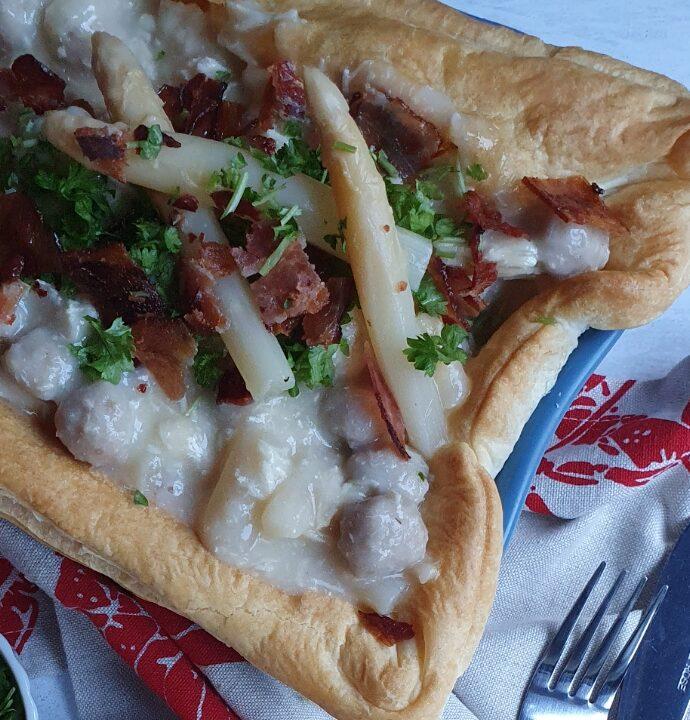 Tartelet tærte med kylling, bacon og aspargs. Opskrift på kæmpe tartelet med høns i asparges.