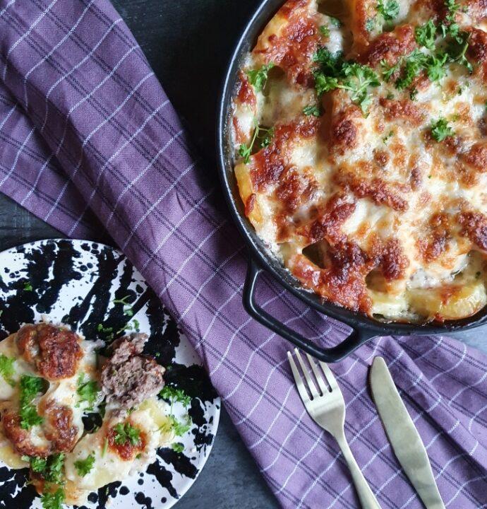 Fad med kartofler og krydrede oksefrikadeller i ovn