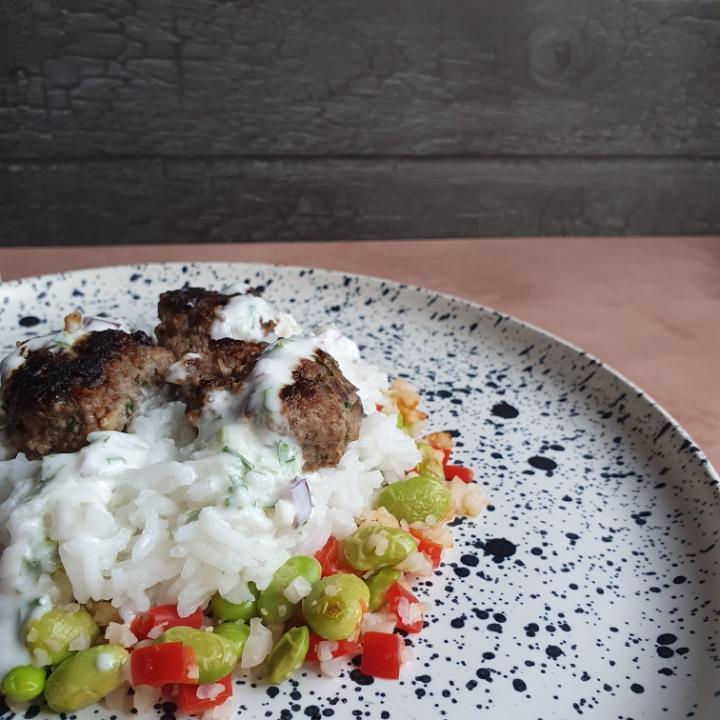 Krydret oksefrikadeller med ris, lyn stegte grøntsager og yoghurt dressing
