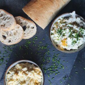 To slags hjemmelavet æggesalat - en æggesalat uden karry og en æggesalat med karry