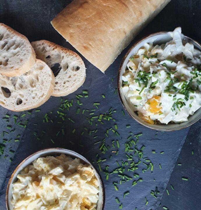 To slags hjemmelavet æggesalat – en æggesalat uden karry og en æggesalat med karry