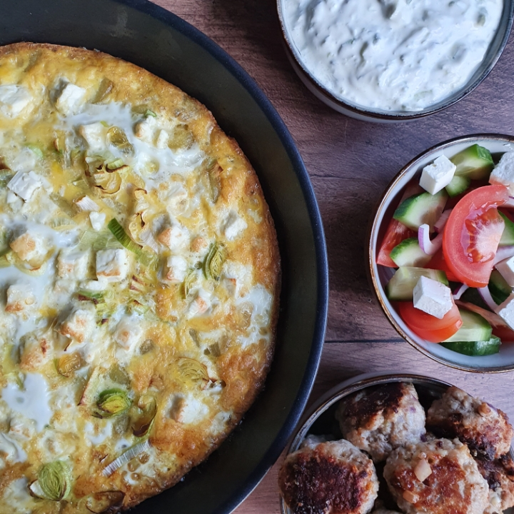 Græsk frittata med kartofler serveret med græske frikadeller med feta