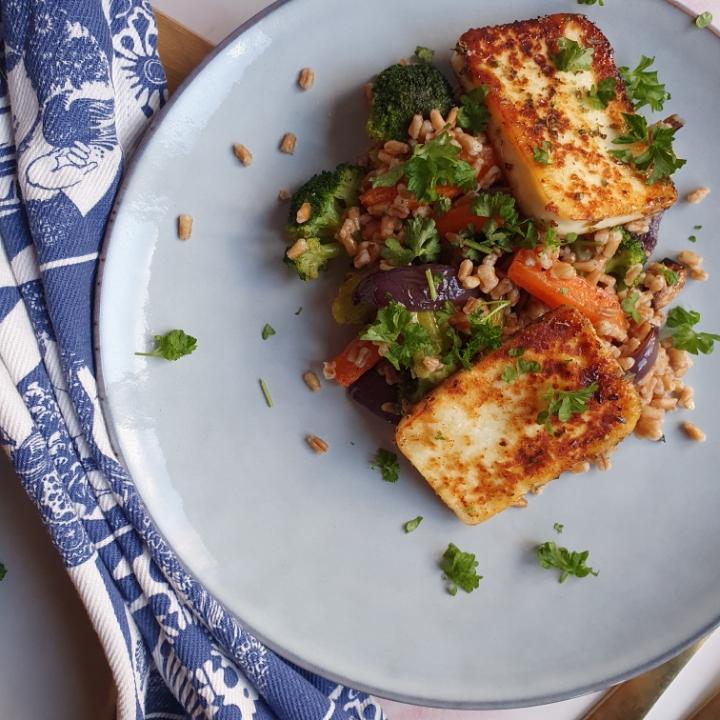 Honning- og oreganostegt halloumi med perlespelt og ovnbagte grøntsager // reklame