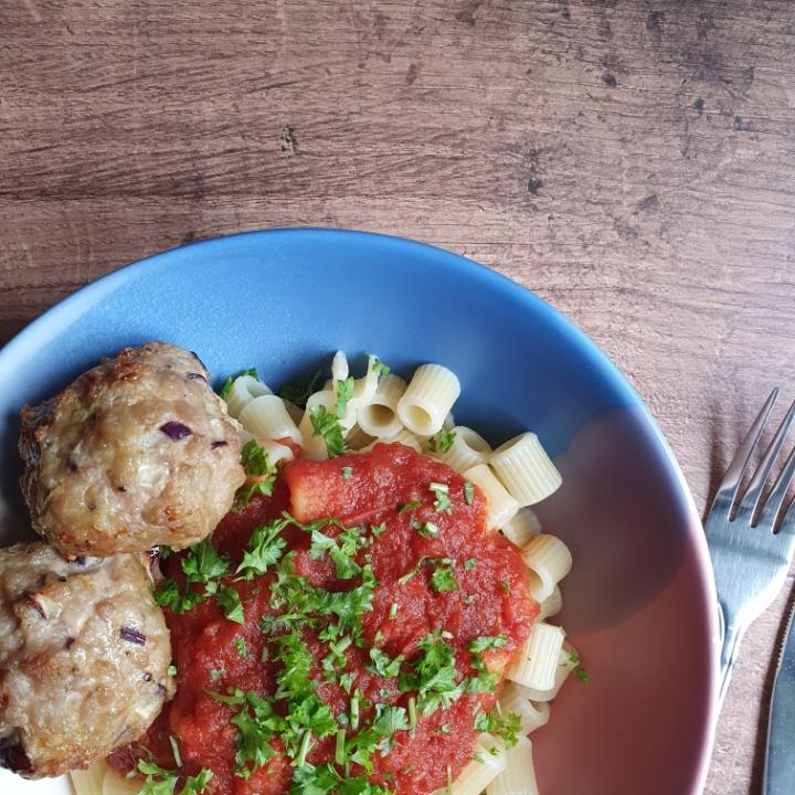 Frikadeller i ovn med hjemmelavet tomatsovs og pasta