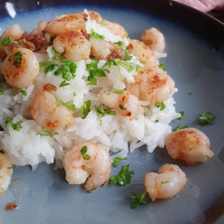 Stegte rejer i hvidløg og ris med smag af hvidløg
