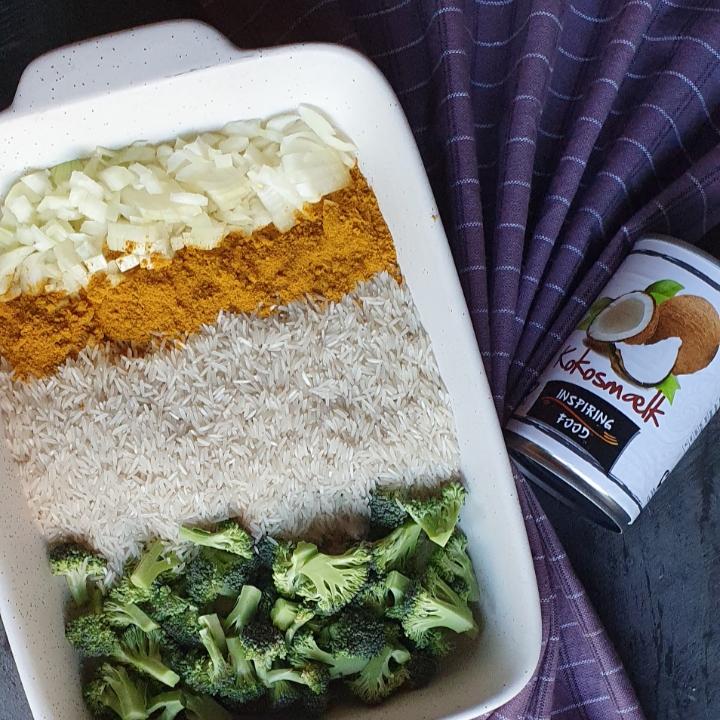 One pot i ovnen med ris og kylling kødboller i karry.