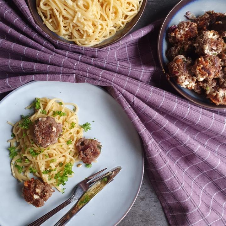 Pasta med hvidløg og kødboller af oksekød