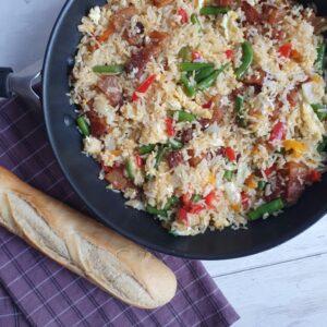 Stegte ris med æg, stegt flæsk på pande og grøntsager