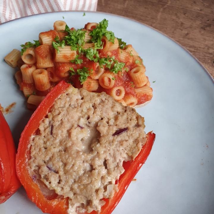 Fyldte peberfrugter med svinekød og pasta med tomatsovs