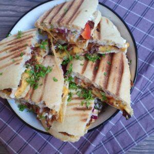 Panini sandwich med cheddarost, aioli og kyllingkebab