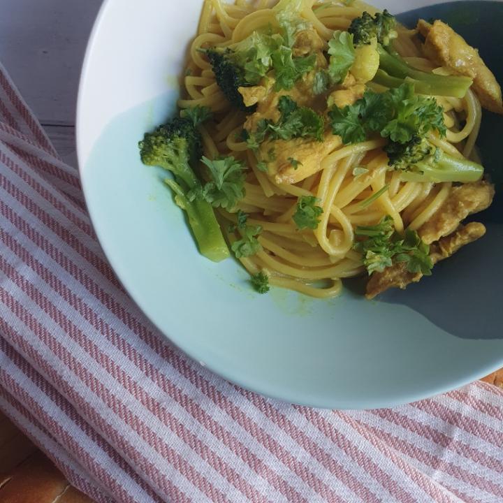 One pot pasta med kylling i karry sovs og spaghetti