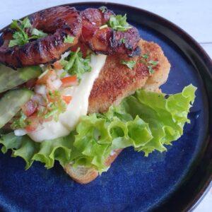 Hjemmelavet højtbelagt smørrebrød med panerede koteletter