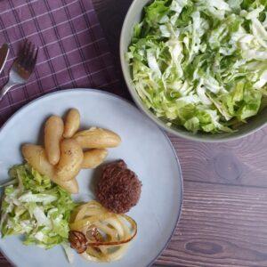 Hakkebøf med bløde løg, aspargeskartofler og salat med mormor dressing
